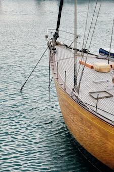 Verticale foto van een zeilboot op zee onder het zonlicht