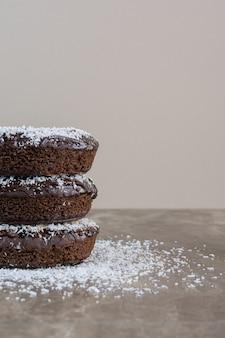 Verticale foto van eigengemaakte koekjesstapel.