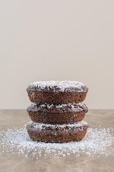 Verticale foto van stapel zelfgemaakte koekjes op grijs.