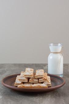 Verticale foto van zelfgemaakte wafels met melk.