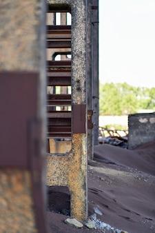 Verticale foto. zicht op de muur van een industrieel gebouw