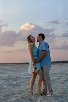 Verticale fotografie het concept van gelukkige relaties familie reizen romantisch paar op strand