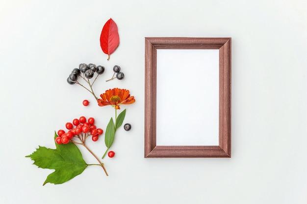 Verticale frame met bloemen van bessen kleurrijke bladeren