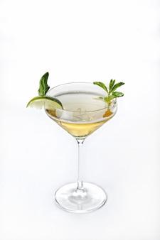 Verticale geïsoleerde shot van cocktail