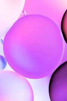 Verticale grafische illustratie van cirkels gevuld met verschillende tinten roze op een roze achtergrond