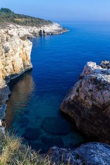 Verticale hoge hoek die van de rotsen in de kamenjak-kust in istria, kroatië is ontsproten