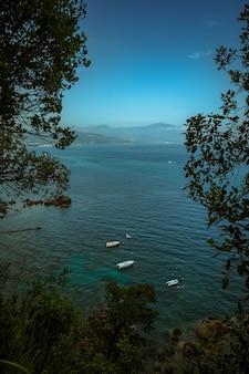 Verticale hoge hoek die van zeilschepen in de zee is ontsproten
