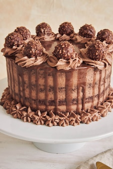 Verticale hoge hoekopname van een verse chocoladetaart versierd met heerlijke chocolade op een bord