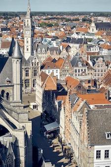 Verticale hoge hoekopname van gebouwen in gent, belgië