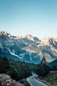 Verticale hoge hoekopname van valbona valley national park onder een heldere blauwe hemel in albanië
