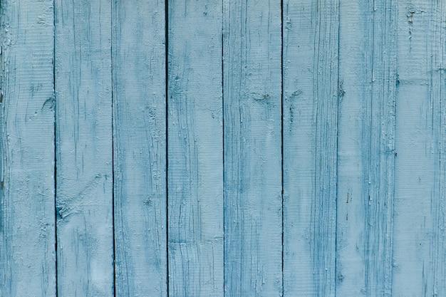 Verticale houten latten, oude blauwe verfachtergrond