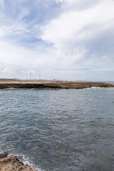 Verticale lage hoek die van de oceaan in caraïbisch bonaire is ontsproten