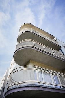 Verticale lage hoek die van een flatgebouw met balkons is ontsproten