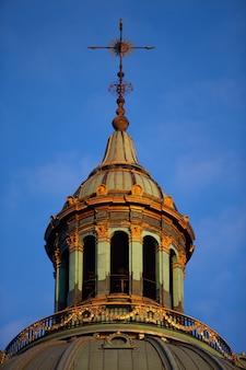 Verticale lage hoek die van een historische toren op blauwe hemel is ontsproten