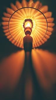 Verticale lage hoek die van een moderne lamp is ontsproten
