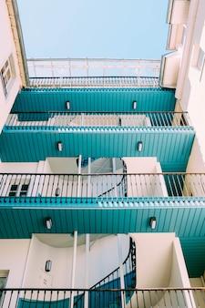 Verticale lage hoek die van een wit en blauw houten gebouw is ontsproten