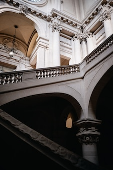 Verticale lage hoek shot van een gebouw met betonnen trappen en mooi houtsnijwerk in roubaix, frankrijk