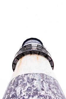 Verticale lage hoek shot van een vuurtoren met een heldere hemel
