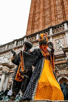 Verticale lage hoek shot van kleurrijke carnaval sculpturen