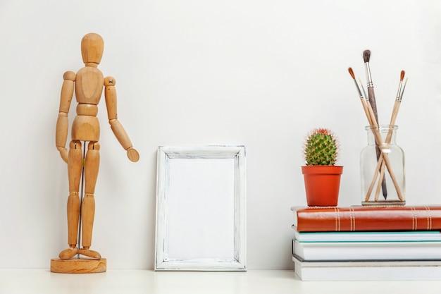 Verticale leeg frame met huis of kantoor decor in de buurt van witte muur