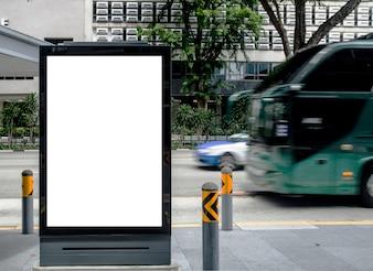 Verticale lege billboard op bushalte buiten adverteren op straat Mock up.