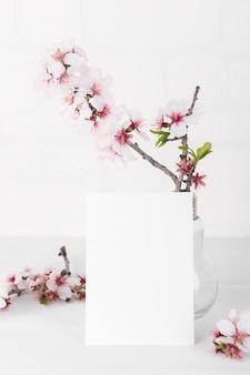 Verticale lege kaart mockup met bloeiende amandelboomtak