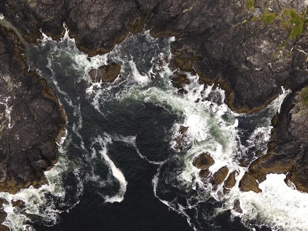 Verticale luchtfoto van een zee met rotsachtige bergen