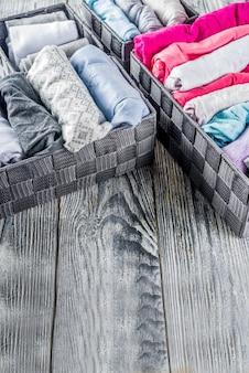 Verticale marie kondo-methode voor het opruimen van kleding