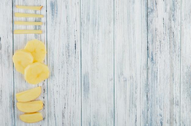 Verticale mening van gesneden aardappel op linkerkant en houten achtergrond met exemplaarruimte