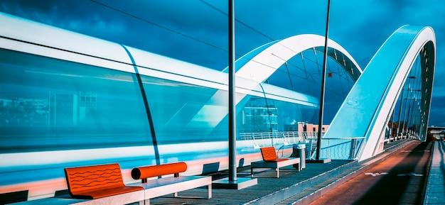 Verticale mening van tram die de brug, lyon, frankrijk kruist.