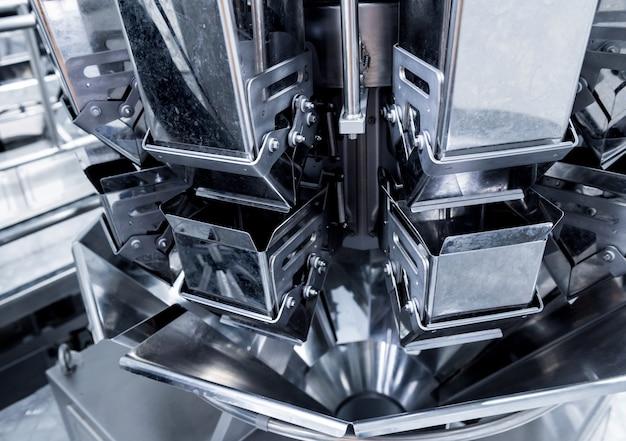 Verticale multi-head weger verpakkingsmachine snacks en chips in een fabriek