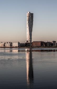 Verticale opname van de ankarparken-wolkenkrabber in de verte, omringd door gebouwen