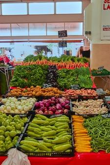 Verticale opname van de bazaar vol met verschillende groenten