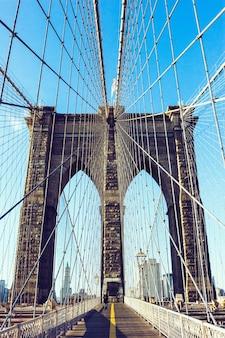 Verticale opname van de beroemde brooklyn bridge overdag in new york city, verenigde staten