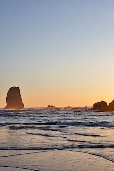 Verticale opname van de beroemde hooibergrots op de rotsachtige kustlijn van de stille oceaan
