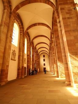 Verticale opname van de binnenkant van de kathedraal van speyer in duitsland