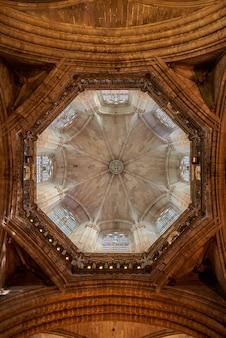 Verticale opname van de binnenkant van de koepel in de kathedraal van barcelona
