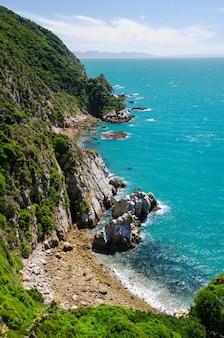 Verticale opname van de blauwe zee vanaf de abel tasman track, nieuw-zeeland