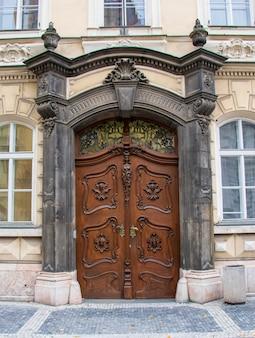 Verticale opname van de deuren van een huis omgeven door ramen