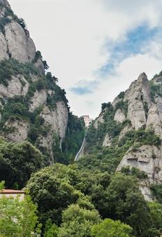 Verticale opname van de montserrat-kabelbaan in de heuvels, vk