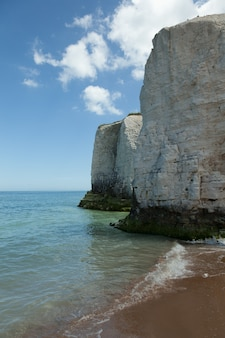 Verticale opname van de prachtige white cliffs door de zee gevangen in engeland
