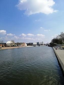 Verticale opname van de rivier de oder in wrocław, polen