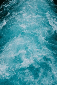 Verticale opname van de schuimende golven van water in de zee