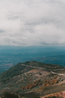 Verticale opname van een berg onder een bewolkte hemel