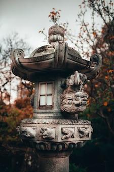 Verticale opname van een betonnen sculptuur in de traditionele japanse adelaide himeji gardens