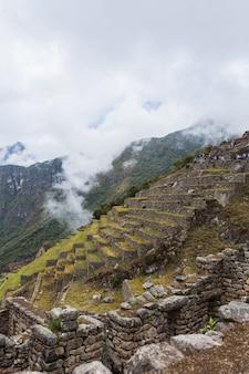 Verticale opname van een betoverende machu pichu-berg op een mistige dag
