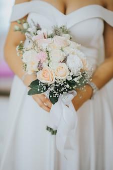 Verticale opname van een bruid met een boeket