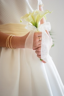 Verticale opname van een bruid met een prachtig bruidsboeket met witte bloemen