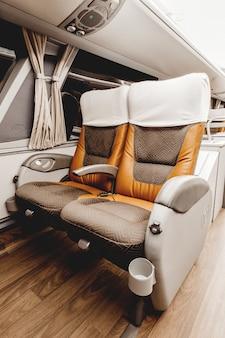 Verticale opname van een elegant auto-interieur met lederen stoelen en witte gordijnen