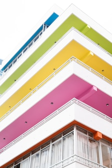 Verticale opname van een gebouw met kleurrijke balkons